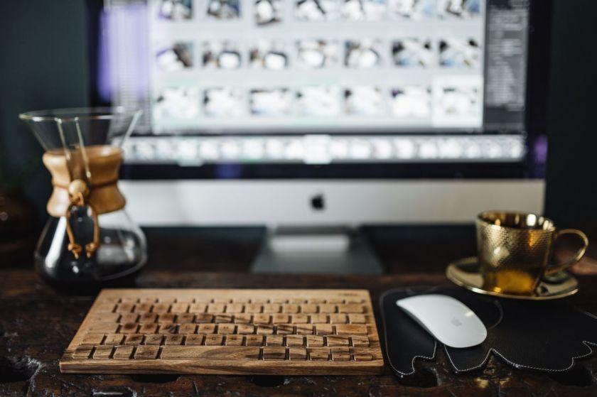 kaboompics_Cup of coffee, Chemex, keyboard, iMac computer, mouse